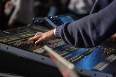 运作在混合的控制台的Soundman 免版税库存照片