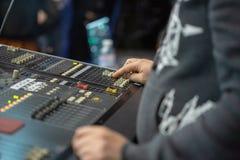 运作在混合的控制台的Soundman 免版税库存图片