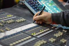 运作在混合的控制台的Soundman 库存图片