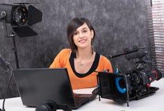 运作在演播室的年轻女人视频编辑器 免版税库存照片