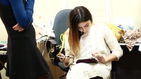 运作在片剂的女实业家特写镜头 影视素材