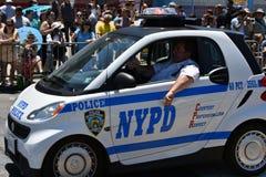 运作在第34次每年美人鱼游行期间的NYPD在科尼岛 图库摄影