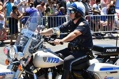 运作在第34次每年美人鱼游行期间的NYPD在科尼岛 库存图片