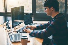 运作在编程的网站软件和编码技术的专业发展程序员,写代码和数据代码, 免版税库存图片