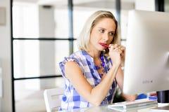 运作在计算机的女实业家画象在办公室 免版税图库摄影