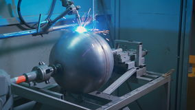 运作在金属零件的生产的工厂的电镀焊接 火花飞行用不同的方向 贪婪 股票录像