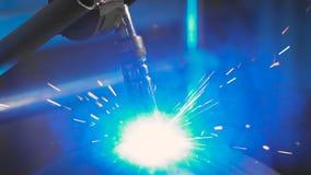 运作在金属零件的生产的工厂的电镀焊接 焊接过程是射击特写镜头 股票录像
