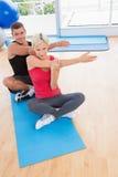 运作在锻炼席子的愉快的适合夫妇 免版税库存照片