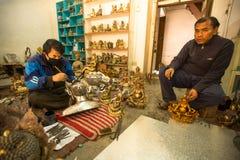 运作在他的车间的尼泊尔tinman,在Bhaktapur,尼泊尔 免版税图库摄影