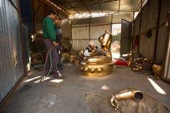 运作在他的车间的尼泊尔tinman,在Bhaktapur,尼泊尔 免版税库存图片