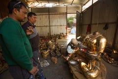 运作在他的车间的尼泊尔tinman,在Bhaktapur,尼泊尔 免版税库存照片