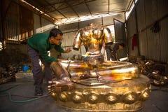 运作在他的车间的尼泊尔tinman,在Bhaktapur,尼泊尔 库存照片