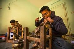 运作在他的车间的尼泊尔tinman,在Bhaktapur,尼泊尔 库存图片