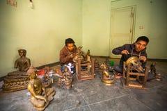 运作在他的车间的尼泊尔tinman 免版税库存照片