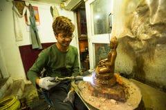 运作在他的车间的尼泊尔tinmans 更多100个文化小组生成了一个图象Bhaktapur作为尼泊尔艺术的首都 免版税库存照片