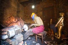 运作在他的车间的尼泊尔tinmans 更多100个文化小组生成了一个图象Bhaktapur作为尼泊尔艺术的首都 库存照片