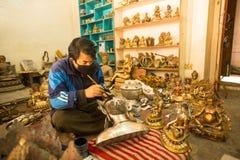 运作在他的车间的未认出的尼泊尔tinman 库存照片
