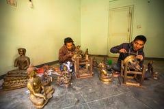运作在他的车间的未认出的尼泊尔tinman 免版税库存照片