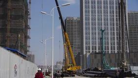 运作在建造场所的高起重机&建造者 影视素材