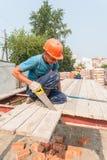 运作在residental房子建筑的建造者 库存图片