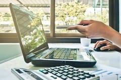 运作对计算机的事务 免版税库存照片