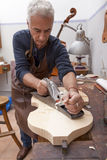 运作小提琴的工匠lutemaker 库存照片