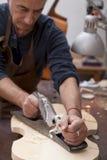运作小提琴的工匠lutemaker 免版税库存图片