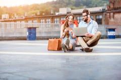运作户外在直升机场地面的企业夫妇 免版税库存图片