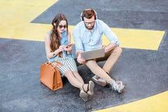 运作户外在直升机场地面的企业夫妇 免版税图库摄影