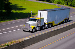 运作有大块拖车的经典之作重的半卡车在高速公路ne 免版税库存照片