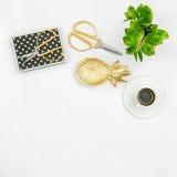 运作的书桌办公用品咖啡绿色植物 平的位置 免版税库存图片