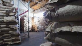 运作的仓库-装载者移动在工业的箱子 免版税库存图片