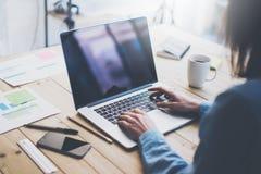 运作的处理照片 与新的企业项目的妇女运作的木桌 键入的当代膝上型计算机,反射屏幕 库存照片