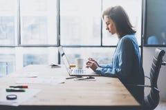 运作的处理现代办公室 与新的交易起步的年轻人财务经理运作的木桌 键入的当代 免版税库存图片