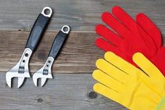 运作的手套和气体板钳 免版税库存照片