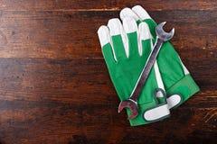 运作的手套和螺丝刀 库存图片