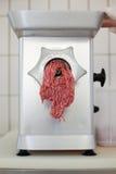 运作的现代不锈钢肉研磨机 库存图片