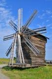 运作的磨房在俄国村庄 库存图片