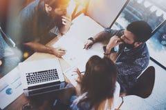 运作的过程在办公室 小组年轻工友现代coworking的演播室 青年人做 库存照片