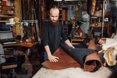 运作的过程在皮革车间 坦纳在老皮革厂 免版税库存图片