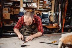 运作的过程在皮革车间 坦纳在老皮革厂 库存照片