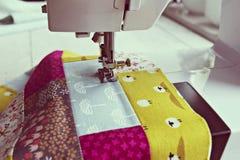 运作的过程:缝制和缝纫机 图库摄影