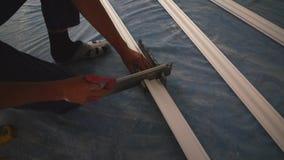 运作的锯切天花板避开 影视素材