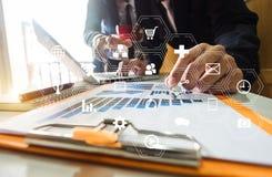 运作的队会议概念、商人使用巧妙的电话和膝上型计算机和数字式片剂计算机 库存照片