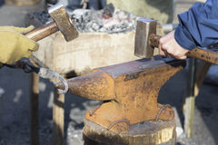 运作的Blacksmithes户外 库存照片