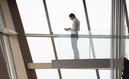运作顶楼房屋的公寓的年轻成功的商人  免版税图库摄影