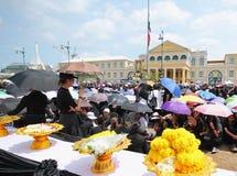 运动与花一起的泰国人送葬者在曼谷玉佛寺的路2016年10月22日 免版税图库摄影