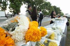 运动与花一起的泰国人送葬者在曼谷玉佛寺的路2016年10月22日 图库摄影