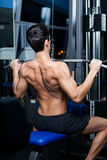 运动人在健身房选件类设备解决 库存图片