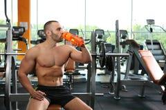 运动人饮用的蛋白质震动画象  免版税库存图片